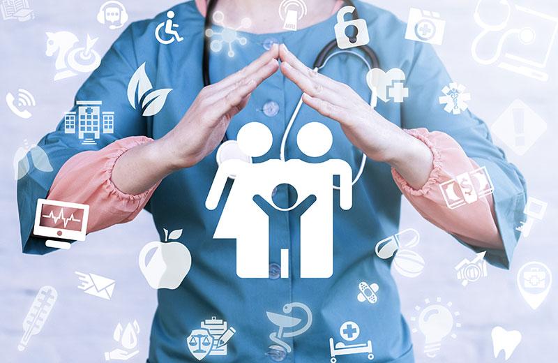 Schützende Hände über dem Icon einer Familie